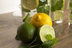 Vue supérieure de tranche mûre texturisée d'agrumes de citron d'isolement sur le fond blanc Part de citron avec le chemin de déco Photographie stock libre de droits