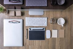 Vue supérieure de travail de bureau avec l'ordinateur, ordinateur portable, approvisionnements Photo libre de droits