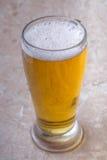 Vue supérieure de verre de bière sur le fond en pierre photos libres de droits