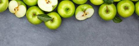 Vue supérieure de vert d'ardoise de copyspace de bannière de fruits de fruit de pomme de pommes Photo stock