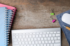 Vue supérieure de vieille table de fonctionnement en bois avec le clavier d'ordinateur, COM Images stock