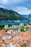 Vue supérieure de vieux ville et yacht dans la baie de Kotor, Monténégro Images stock