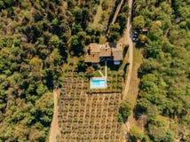 vue supérieure de villa avec la piscine près des champs et de la forêt image libre de droits