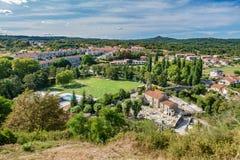 Vue supérieure de village galicien Allariz avec le jardin et la rivière Photographie stock