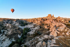 Vue supérieure de ville et de château d'Uchisar au lever de soleil Cappadocia La Turquie Image stock
