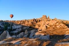 Vue supérieure de ville et de château d'Uchisar au lever de soleil Cappadocia La Turquie Photo libre de droits