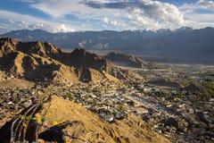 Vue supérieure de ville de Leh au coucher du soleil, Ladakh, Jammu Kashmir, Inde photos libres de droits
