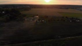 Vue supérieure de vol aérien : Feu de milieu de l'été de Ligo dans le temps de coucher du soleil - paysage brumeux banque de vidéos