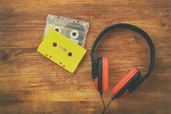 Vue supérieure des écouteurs et des cassettes de vintage Images libres de droits