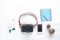 Vue supérieure des éléments fonctionnants avec l'appareil-photo et le smartphone de film dessus Images stock
