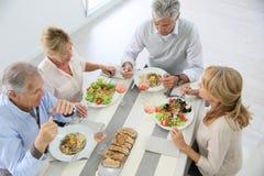 Vue supérieure des aînés ayant la table de déjeuner à la maison Photo libre de droits