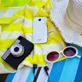 Vue supérieure des accessoires d'été pour la femme moderne ses vacances Photos libres de droits