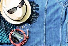 Vue supérieure des accessoires d'été pour la femme moderne sur le Ba de treillis de denim Images stock