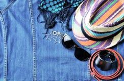 Vue supérieure des accessoires d'été pour la femme moderne sur le Ba de treillis de denim Images libres de droits