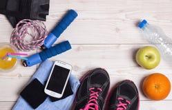 Vue supérieure des accessoires de sport sur le plancher Photo stock
