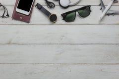 Vue supérieure des accessoires essentiels pour voyager et du concept de fond de technologie Photographie stock