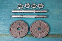 Vue supérieure des accessoires pour la forme physique dans le ton gris Haltères, plats de poids Photo stock
