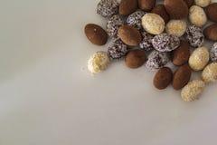 Vue supérieure des amandes blanches, foncées et de cacao de chocolat sur la table blanche image libre de droits