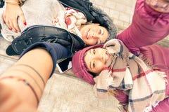 Vue supérieure des amies de meilleurs amis de hippie prenant le selfie Image libre de droits