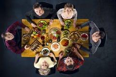 Vue supérieure des amis à la table avec la nourriture Photos libres de droits