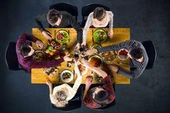 Vue supérieure des amis à la table avec la nourriture Photo libre de droits