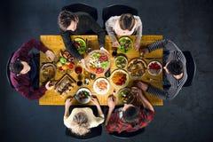 Vue supérieure des amis à la table avec la nourriture Photographie stock libre de droits