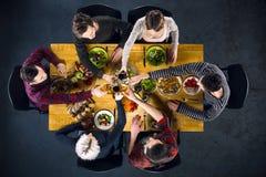 Vue supérieure des amis à la table avec la nourriture Image stock