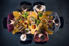 Vue supérieure des amis à la table avec la nourriture Photos stock