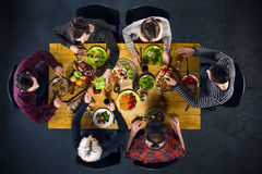 Vue supérieure des amis à la table avec la nourriture Images libres de droits