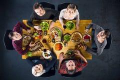 Vue supérieure des amis à la table avec la nourriture Photo stock