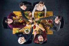 Vue supérieure des amis à la table avec la nourriture Images stock