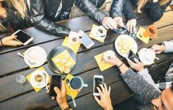Vue supérieure des amis buvant du cappuccino au restaurant de café Images stock