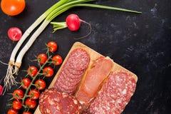 Vue supérieure des apéritifs sains délicieux de viande sur le conseil en bois photographie stock libre de droits