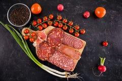 Vue supérieure des apéritifs sains délicieux de viande sur le conseil en bois photo libre de droits