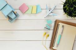 vue supérieure des approvisionnements d'affaires de bureau sur la table en bois blanche Image stock