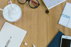 Vue supérieure des articles de la travailleuse active, espace de travail avec l'ite essentiel Photos stock