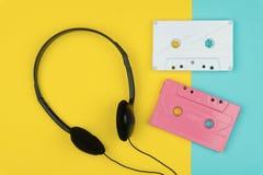 Vue supérieure des bandes blanches et roses de cassette sonore photos stock