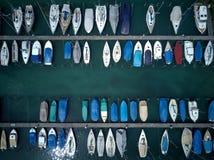 Vue supérieure des bateaux colorés et des yachts se garant par les docks d'une marina sur la luzerne de lac, dans Fluelen Photographie stock libre de droits