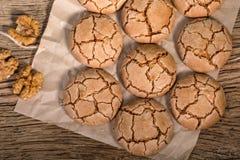 Vue supérieure des biscuits criqués caoutchouteux de noix sur le Tableau en bois rustique images libres de droits