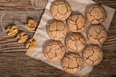 Vue supérieure des biscuits criqués caoutchouteux de noix sur le Tableau en bois rustique photographie stock