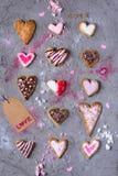 Vue supérieure des biscuits en forme de coeur traditionnels doux avec l'étiquette d'amour Photographie stock