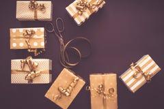 Vue supérieure des boîte-cadeau dans des conceptions d'or Configuration plate, l'espace de copie Un concept de Noël, nouvelle ann images stock