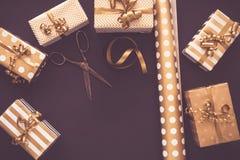 Vue supérieure des boîte-cadeau dans des conceptions d'or Configuration plate, l'espace de copie Un concept de Noël, nouvelle ann image libre de droits