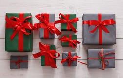 Vue supérieure des boîtes de cadeau de Noël sur le fond en bois blanc Photographie stock