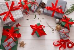Vue supérieure des boîtes de cadeau de Noël sur le fond en bois blanc Images libres de droits