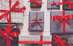 Vue supérieure des boîtes de cadeau de Noël sur le fond en bois blanc Photos stock