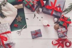 Vue supérieure des boîtes de cadeau de Noël sur le fond en bois blanc Photos libres de droits