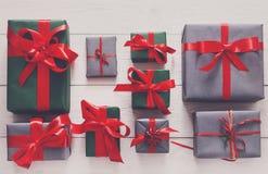 Vue supérieure des boîtes de cadeau de Noël sur le fond en bois blanc Images stock