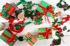 Vue supérieure des boîtes de cadeau de Noël sur le fond en bois blanc Photo stock