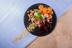 Vue supérieure des casse-croûte doux organiques Plaisir turc avec des fruits et des écrous Dessert exotique de confiture d'orange Photographie stock